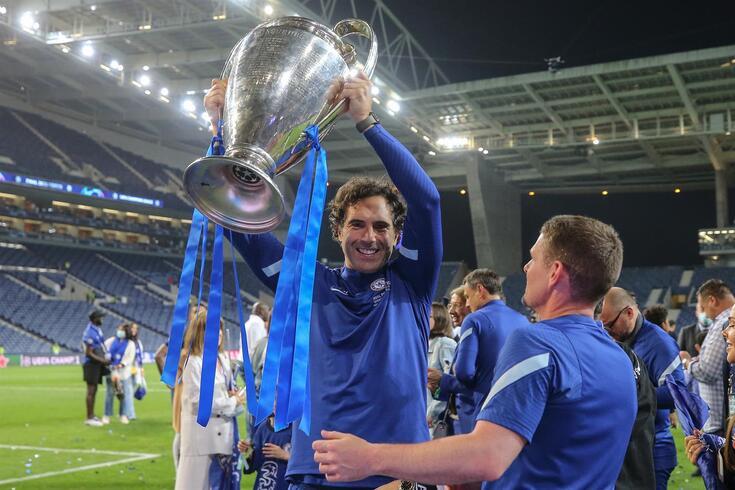 Hilário ergue com orgulho o troféu da Liga dos Campeões