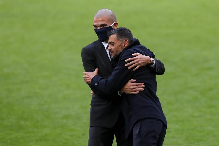 Pepe e Sérgio Conceição num abraço, quando o central renovou contrato