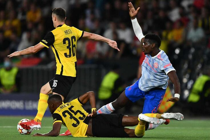 (fromL) Young Boys' Swiss defender Silvan Hefti, Young Boys' Luxembourgish midfielder Christopher Martins