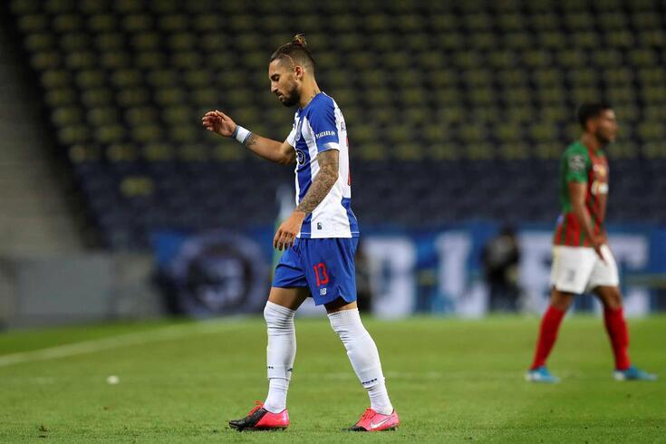 Alex Telles foi expulso no FC Porto-Marítimo
