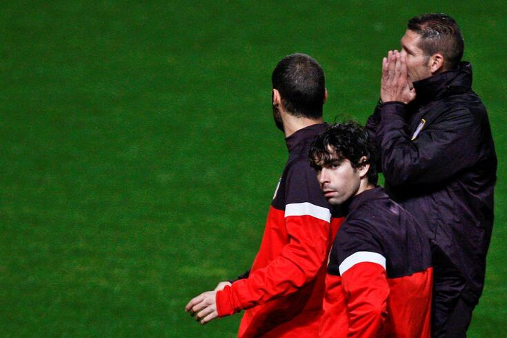 Tiago (primeiro plano) foi adjunto de Diego Simeone (de mãos na cara) no Atlético de Madrid