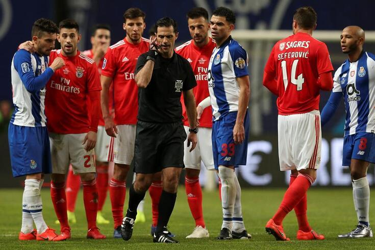 O árbitro Carlos Xistra num dos momentos de comunicação com o VAR