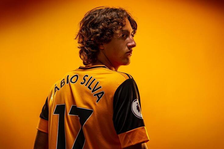Fábio Silva com  a camisola do Wolves