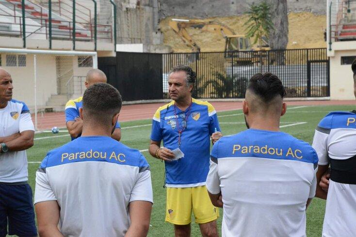 Francisco Chaló dá indicações aos jogadores do Paradou AC.