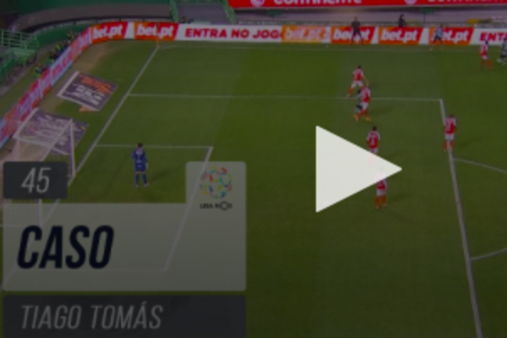 O lance entre Raúl Silva e Tiago Tomás analisado pelo VAR