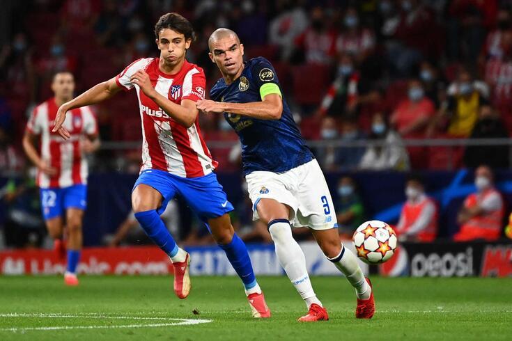 Pepe, central do FC Porto, saiu lesionado do duelo com o Atlético de Madrid