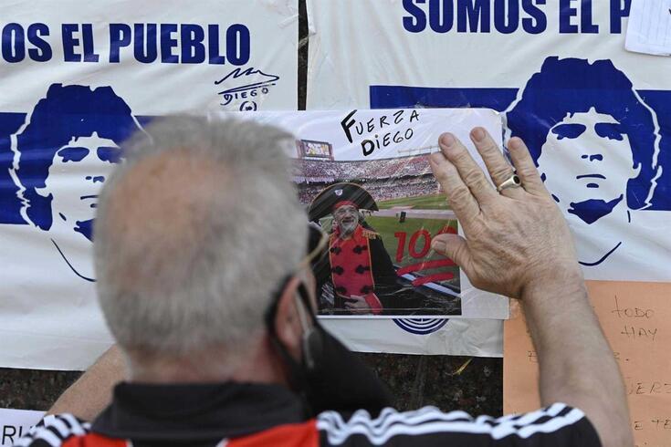 "Diego Maradona permanece internado, mas alta estará ""para breve"""