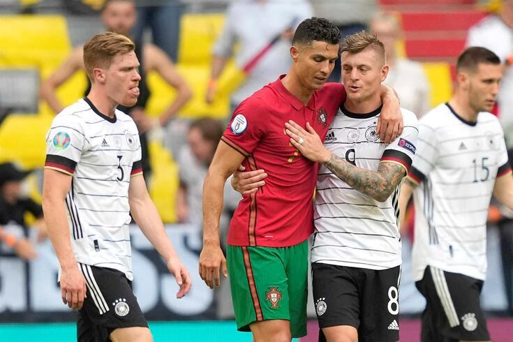 Toni Kroos com Cristiano Ronaldo no final do Portugal-Alemanha