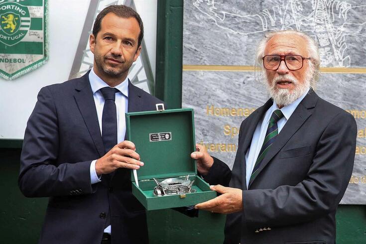 Presidente leonino, Frederico Varandas, entregou réplica do novo Estádio José Alvalade a Domingos Gomes