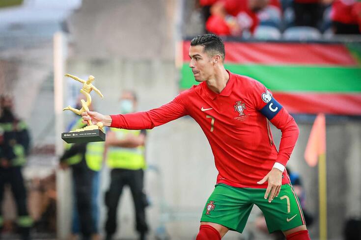 Ronaldo recebe troféu de melhor jogador do Euro'2020