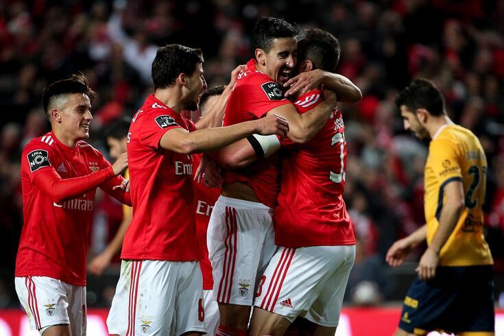 André Almeida abraçado a Jardel, antigo jogador do Benfica