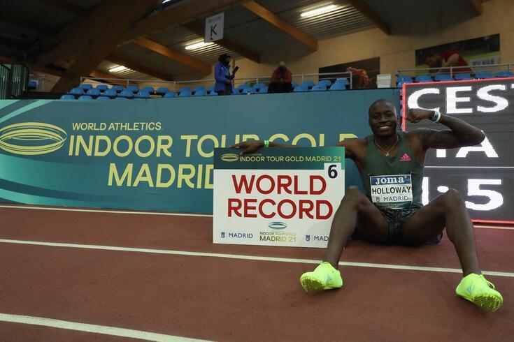 Grant Holloway celebra o recorde mundial