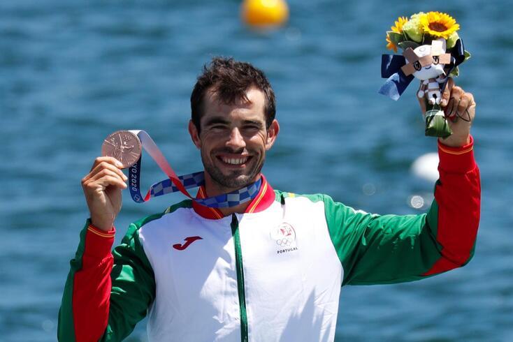 Fernando Pimenta exibe a medalha com orgulho