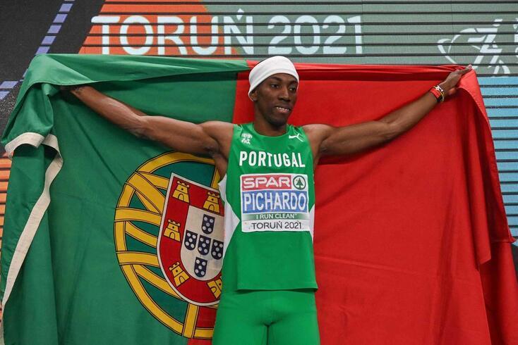 Pedro Pichardo com a medalha de ouro de triplo salto