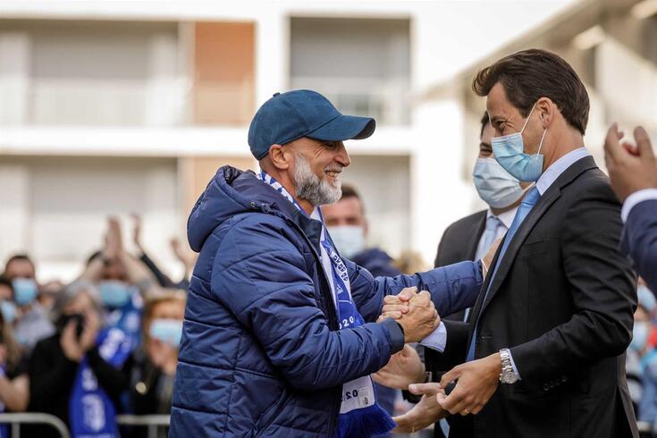 Diogo Godinho, presidente da SAD do Vizela, cumprimenta Álvaro Pacheco