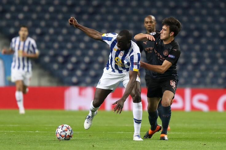 Marega sofre uma falta frente ao Manchester City
