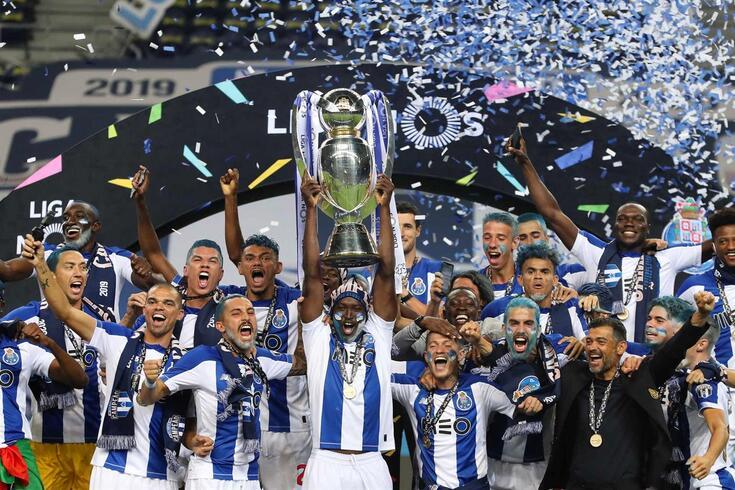 FC Porto com a taça de campeão nacional 2019/20