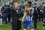 Zaidu festeja, ao lado de Pinto da Costa, o primeiro título pelo FC Porto: a Supertaça