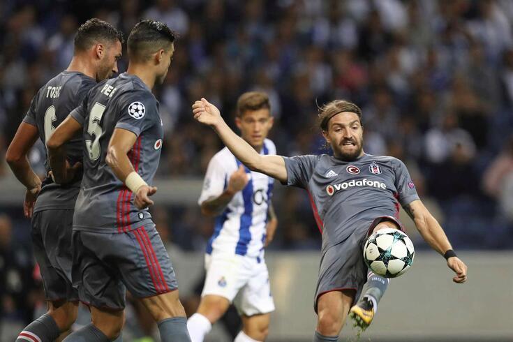 Caner Erkin em ação num jogo de Champions frente ao FC Porto