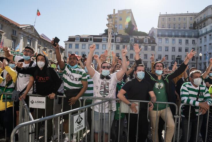Adeptos do Sporting festejaram o título europeu no futsal e aguardam pela festa no futebol