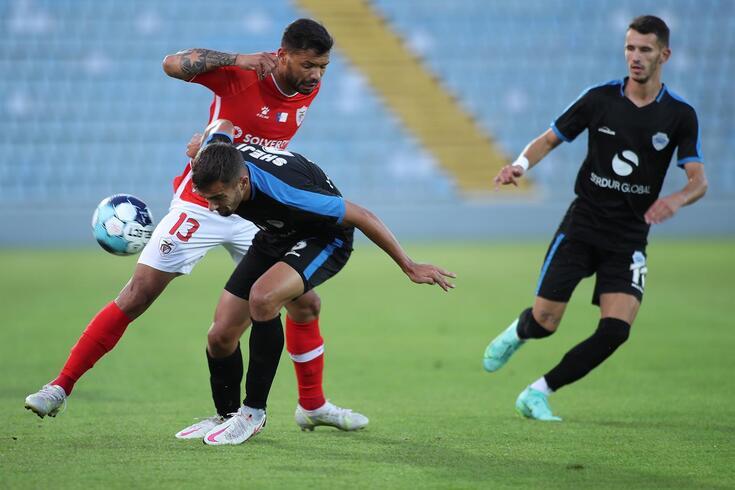 Dois macedónios tentam travar Carlos Júnior, autor do primeiro golo