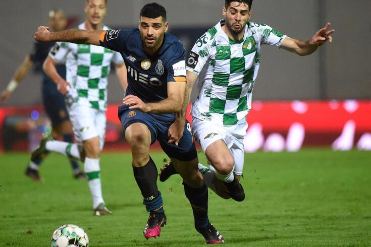 Fábio Pacheco, na imagem num duelo com Taremi, foi uma das figuras do Moreirense em 2020/21