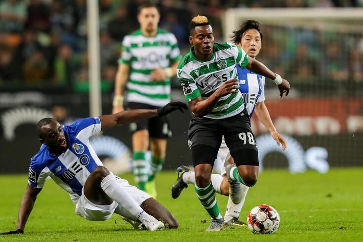 Doumbia com a camisola do Sporting num clássico com o FC Porto
