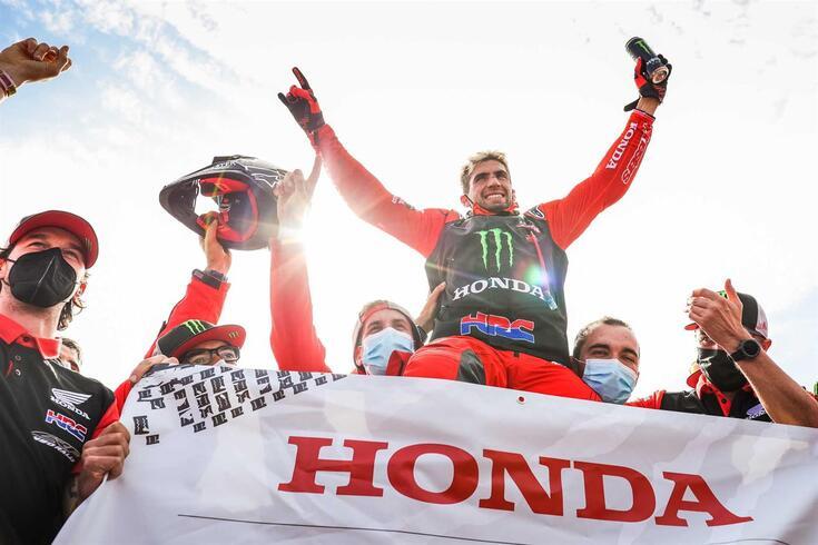 Kevin Benavides celebra a vitória no Dakar