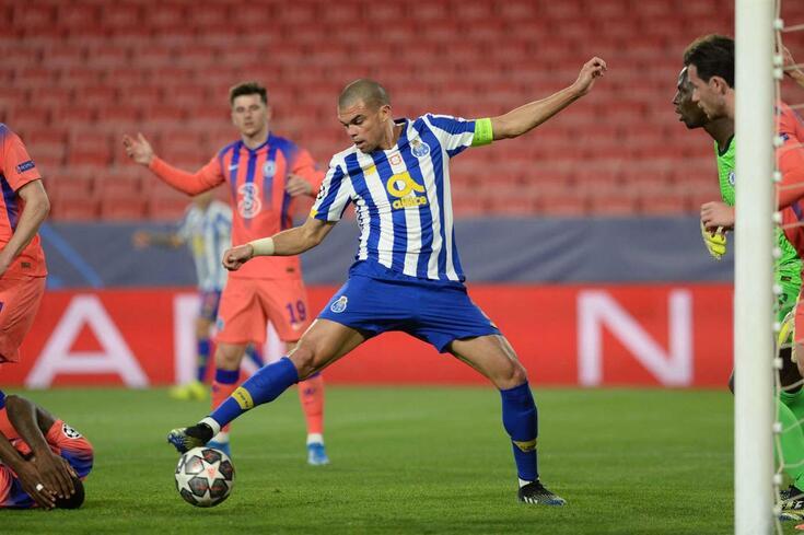 """Pepe em ação na primeira mão dos """"quartos"""", frente ao Chelsea"""