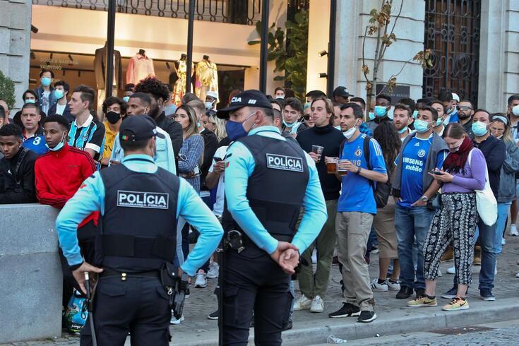 Adeptos do Chelsea assistiram ao jogo entre o Chelsea e o Manchester City na Avenida dos Aliados, no