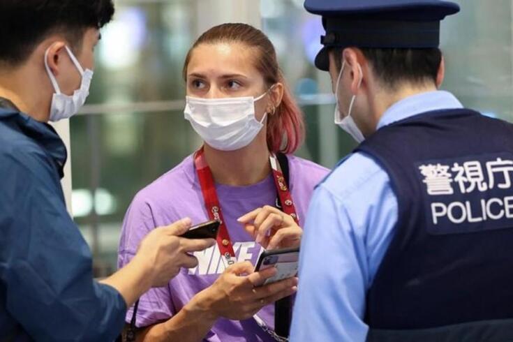 Krystsina Tsimanouskaya sob proteção da polícia japonesa do Aeroporto de Haneda