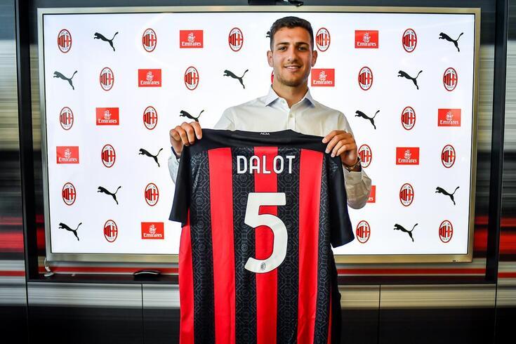 Diogo Dalot exibe a camisola do clube