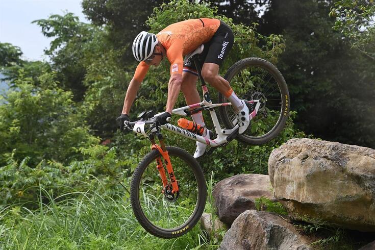 Mathieu Van der Poel caiu com aparato