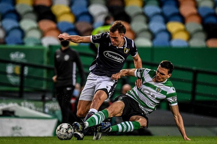 Manuel Ugarte, médio do Famalicão, em ação contra o Sporting