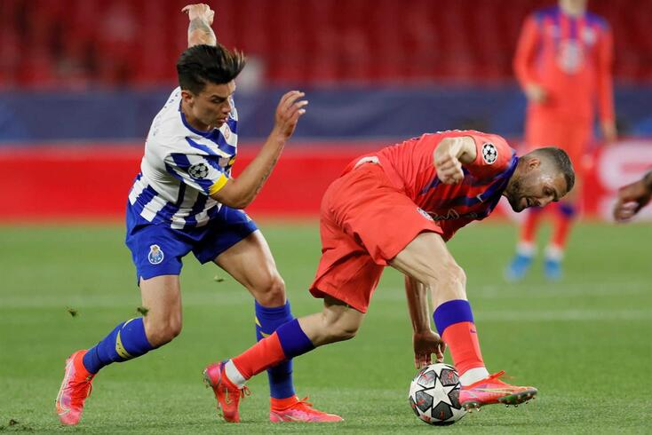 epa09121218 Porto's midfielder Mateus Uribe (L) vies for the ball against Chelsea's midfielder Mateo