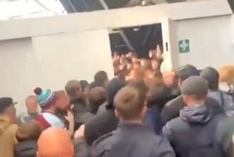 Adeptos de West Ham e Tottenham envolveram-se em confrontos durante o dérbi