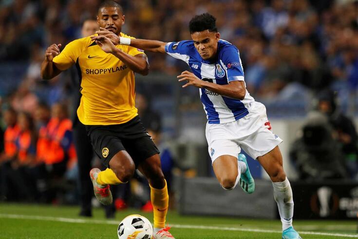 Saidy Janko disputa a bola com Luis Díaz