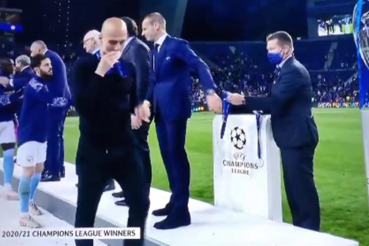 O gesto de Guardiola quando recebeu a medalha que não passou em claro