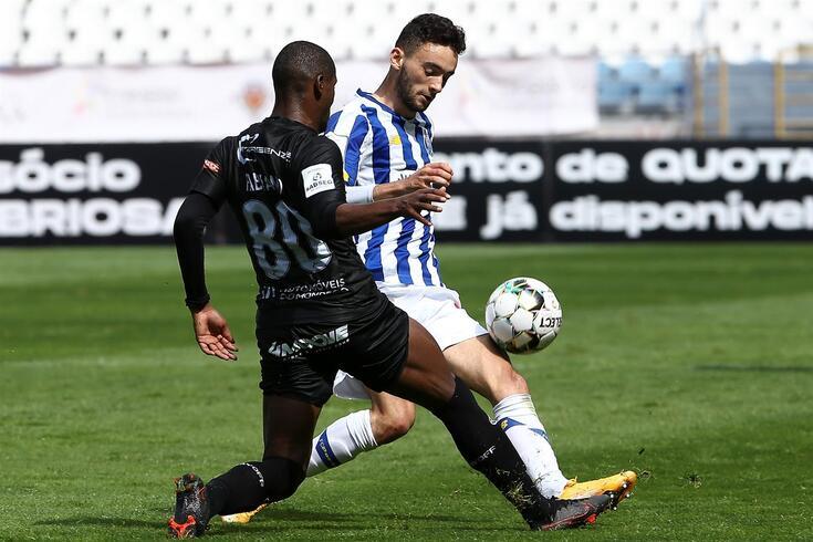 João Mário num duelo com Fabiano