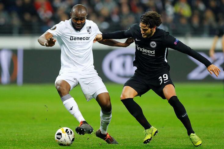 Al Musrati disputa a bola com Gonçalo Paciência no Eintracht-V. Guimarães.