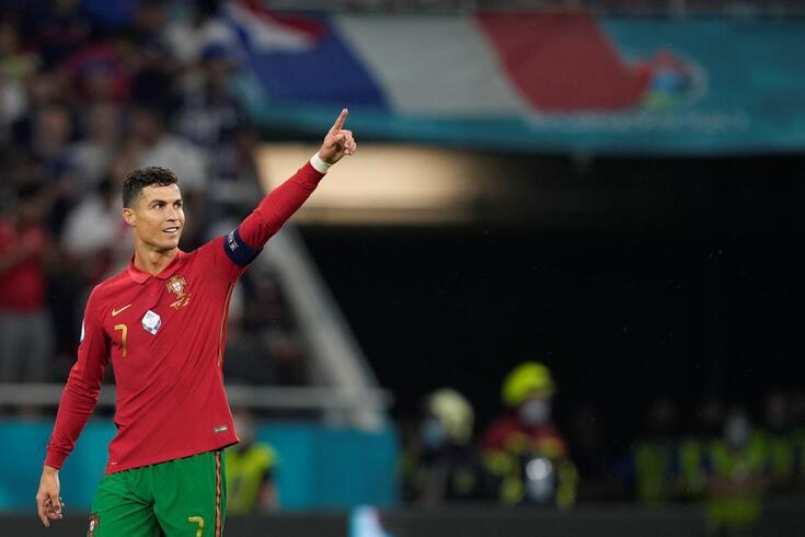Cristiano Ronaldo bisou frente à França