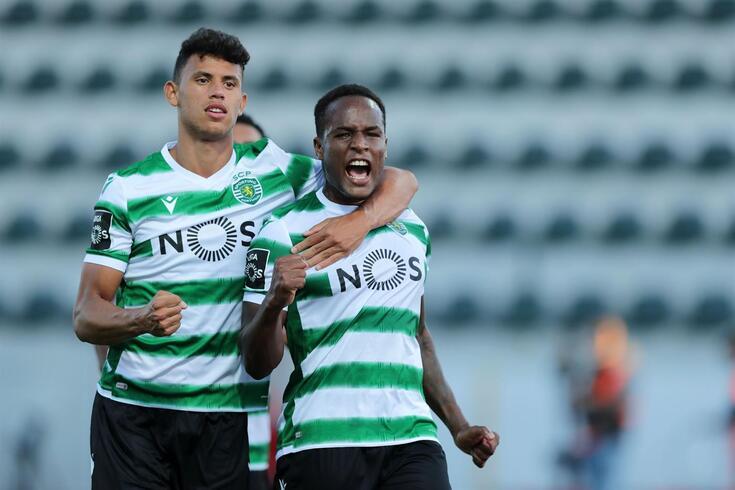 Matheus Nunes, à esquerda, na celebração de um golo com Jovane