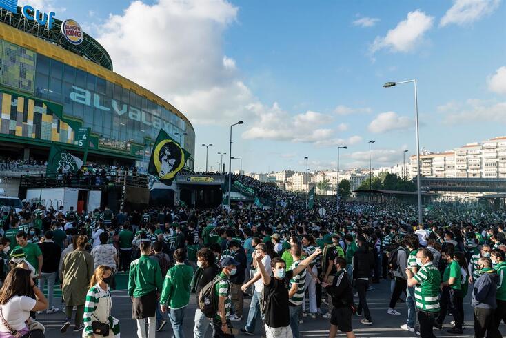 Adeptos do Sporting no exterior de Alvalade no dia da conquista do título