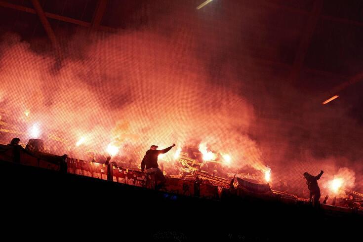 """Adeptos do Feyenoord no jogo frente ao Young Boys, a fazerem uma """"festa"""" à margem da lei"""