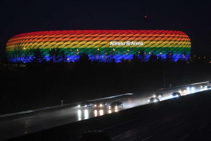 O Allianz Arena iluminado com as cores do arco-íris da comunidade LGBT