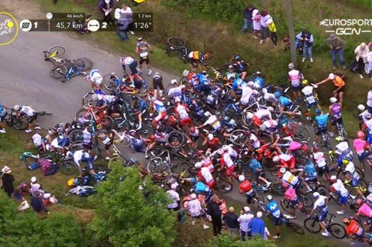 Momento em que vários ciclistas caíram na última edição do Tour por causa duma espectadora