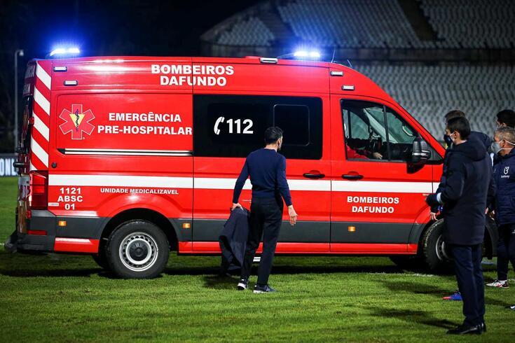 Sérgio Conceição acompanha saída de Nanu na ambulância, no Estádio do Jamor