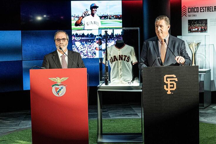 Alcino António, vice-presidente do Benfica, e Stephen Revetria, presidente dos San Francisco Giants