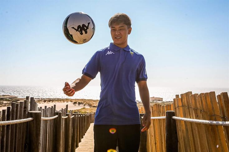 Meshino já posou com uma camisola formal do Estoril Praia