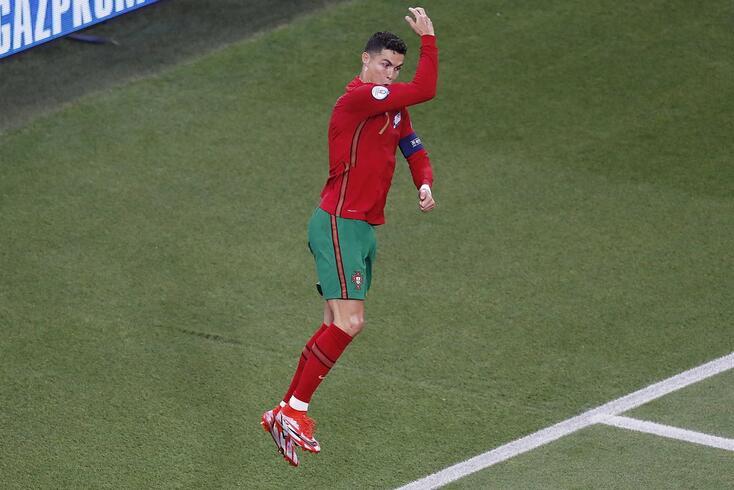 Ronaldo bisou no empate (2-2) com a França